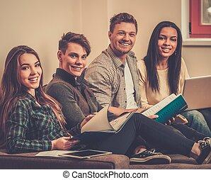 apartamento, grupo, estudantes, preparar, interior, exames