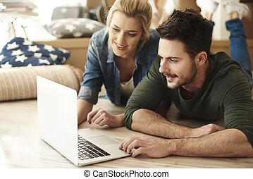 apartamento, par, jovem, usando, novo, laptop