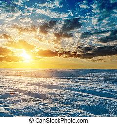 apelsin, solnedgång, över, äng, in, vinter