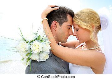 apenas casado, emparéjese compartiendo, romántico, momento