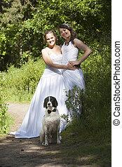 apenas casado, lesbiana, par, con, perro, en, bosque
