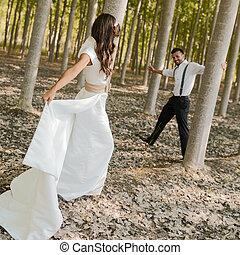 apenas casado, pareja, en, naturaleza, plano de fondo