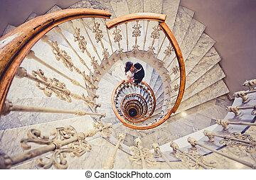 apenas casado, pareja, en, un, escalera espiral