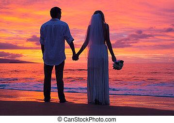apenas casado, pareja que sujeta manos, en la playa, en, ocaso