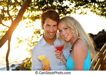apenas casado, pareja, teniendo, un, cóctel, en, lujo, recurso