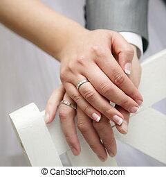 apenas, par, casado, anéis, jovem, cima, seu, mostrando