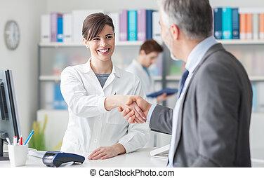 apertar mão, paciente, médico feminino