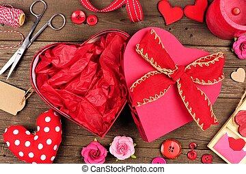 aperto, giorno valentines, cuore ha modellato, scatola regalo, con, cornice, contro, legno