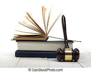 aperto, libro legge, con, legno, giudici, martelletto, su, tavola, in, uno, aula