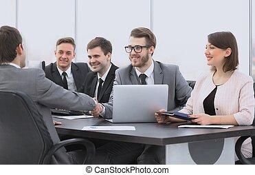 aperto mão, de, um, gerente, e, um, cliente, em, a, escrivaninha