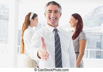 aperto mão sorridente, oferecendo, homem negócios