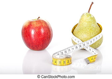 Roter Apfel trift Birne mit Maßband