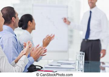 aplaudindo, após, apresentação, pessoas negócio