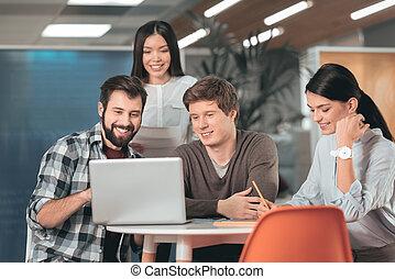 apontar, laptop, jovem, agradável, tela, homem