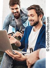 apontar, laptop, jovem, alegre, tela, homem