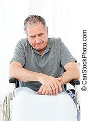 aposentado, homem, em, seu, cadeira rodas