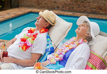 aposentado par, dormir, ao lado, a, piscina