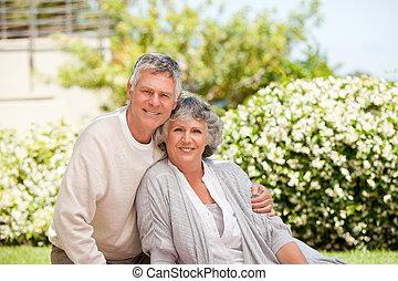 aposentado par, olhando câmera