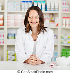 apotekaren, med, händer clasped, benägenhet på, apotek, disk
