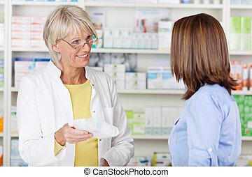 apoteker, give, obligatorisk, medicin, til, kunde, ind, apotek
