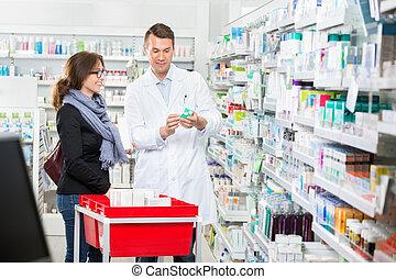 apoteker, viser, medicin, til, kvindelig, kunde, ind, apotek
