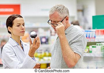 apoteker, viser, medicin, til, senior mand, hos, apotek