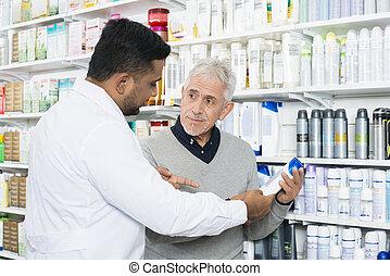 apotheker, assistieren, älter, kunde, in, kaufen, produkt