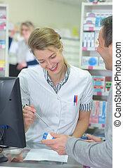 apotheker, assistieren, kasten, von, medizinprodukt, zu, kunde, in, apotheke
