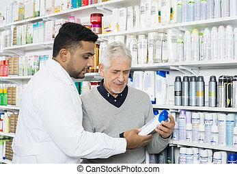 apotheker, assistieren, kunde, in, kaufen, produkt