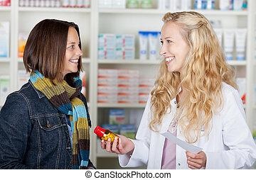 apotheker, gebende medizin, flasche, zu, weibliche , kunde