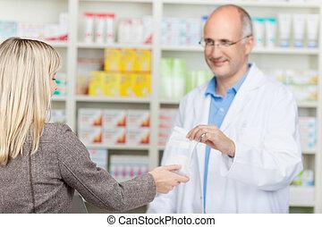 apotheker, gebende medizin, tasche, zu, kunde