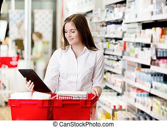 apotheker, met, digitaal tablet