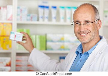 apotheker, nehmen medizin, von, regal