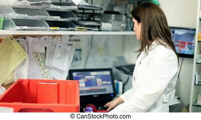 apotheker, vrouw, op het werk