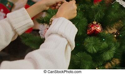 appareil photo, décorer, zooms, babiole, arbre., closeup, mains, girl, noël