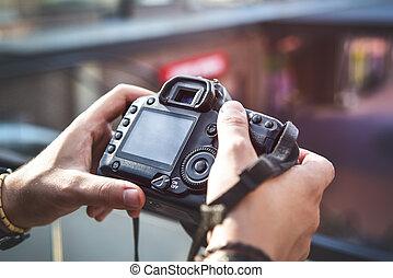 appareil photo, dans, main, rue, photographie