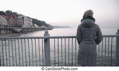 appareil photo, femme, jetée, mer, regarder