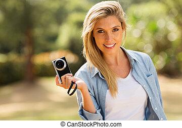 appareil photo, femme, jeune, tenue, dehors