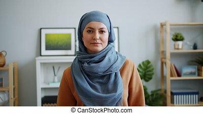 appareil photo, figure, race mélangée, girl, portrait, hijab, regarder sérieux
