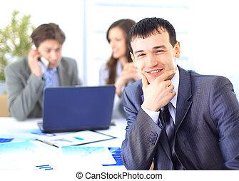 appareil photo, homme affaires, pendant, fond, satisfait, bureau, sourire, sien, réunion, regarder, collègues
