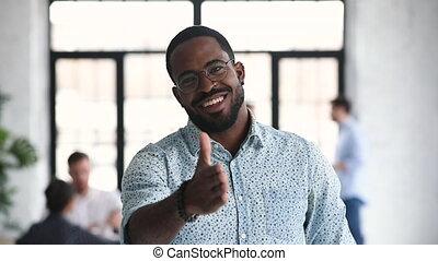 appareil photo, poignée main souriant, main, homme affaires, étendre, africaine, directeur