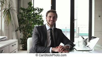 appareil photo, porter, regarder, homme affaires, sourire, complet, beau, lieu travail