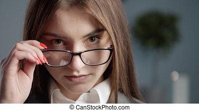 appareil photo, professionnel, femme affaires, regarder, lunettes