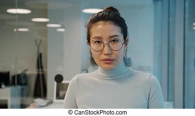 appareil photo, regarder, lunettes, ouvrier, sérieux, portrait, asiatique, debout, bureau