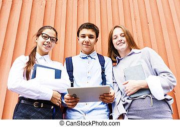 appareil photo, sourire, moderne, dehors, écoliers