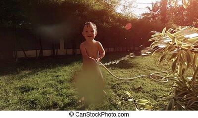 appareil photo, tuyau, pulvérisation, enfantqui commence à marcher, jardin, adorable