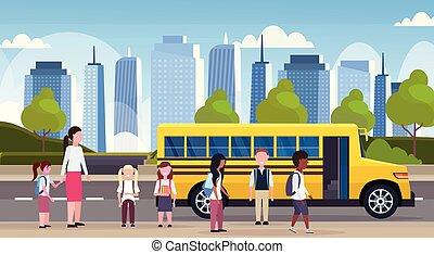 appartamento, camminare, concetto, gruppo, alunni, autobus, fondo, giallo, miscelare, lunghezza, pieno, corsa, cityscape, orizzontale, bambini, trasporto