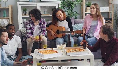 appartement, chant, guitare, bière, fête, boire, amis, jouer, heureux