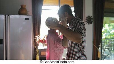 appartement, danse, communication, couple, boisson, moderne, jeune, cuisine, matin, femme, jus, embrasser, orange, heureux, homme