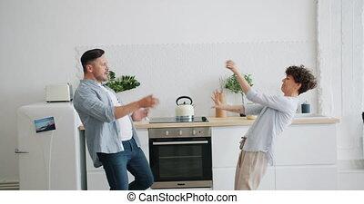 appartement, danse, joyeux, femme, rire, homme, habillement, désinvolte, cuisine